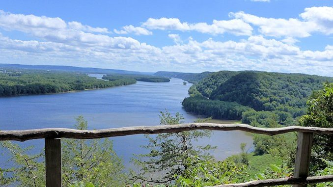 mississippi river from effigy mounds